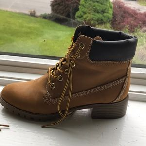 Report Shoes - Brown woman's report work boots with a slight heel
